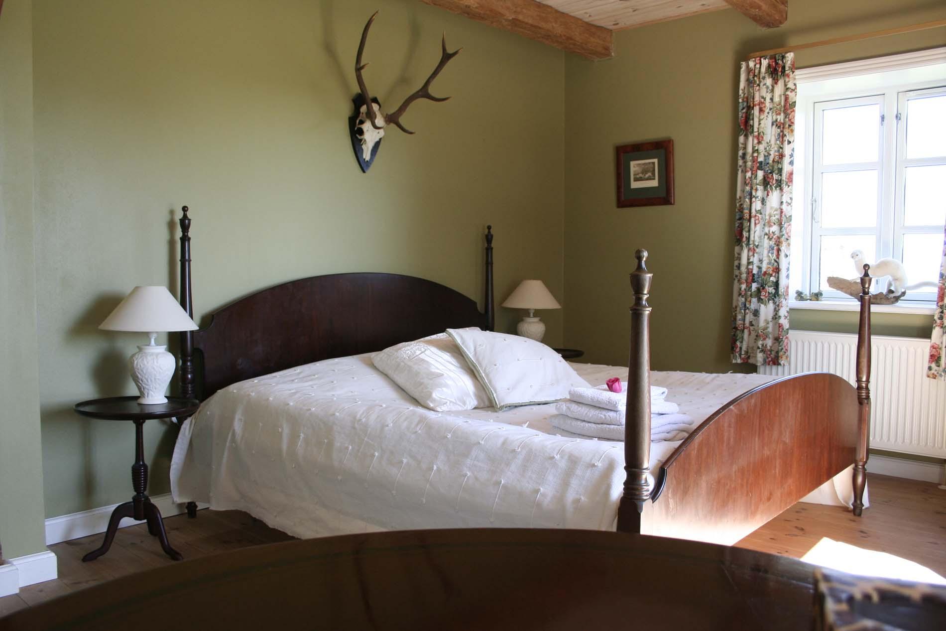 Soveværelse med lampe og seng